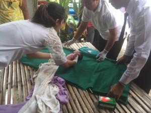 ทารกน้อยหลังคลอดถูกอุ้มมาทิ้งนอนเปลือยริมถนน โชคดีมีคนมาเจอก่อนได้รับอันตราย
