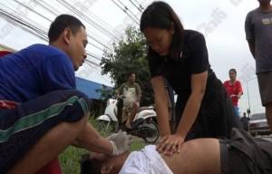 หนุ่มซิ่งมอไซด์ปาดหน้ารถพยาบาล เสียหลักชีพจรหยุดเต้น โชคดีพยาบาลคู่กรณีปั๊มหัวใจจนฟื้น