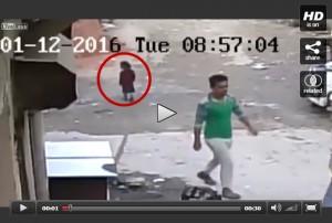 วินาทีเฉียดตาย! เด็กน้อยรอดจากการโดดรถทับหวุดหวิด