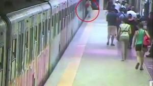 วงจรปิดเผยนาทีช็อก หญิงเปลี่ยนใจไม่ขึ้นรถไฟ-ถูกประตูหนีบลากไปกับพื้น