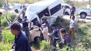 เฮี้ยน! รถตู้ยางโล้น ระเบิดใกล้จุดตาย 25ศพ ตกถนนชนตอไม้ คนขับดับคาที่