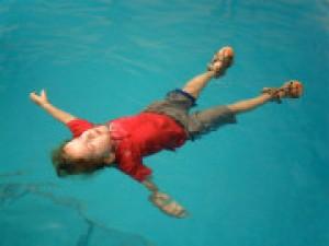 การฝึกเด็กๆ ให้เอาตัวรอด เมื่อจมน้ำ