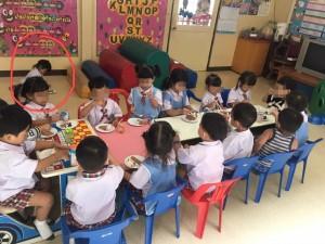 หนูน้อยนั่งรับประทานอาหารที่พื้นเพราะเก้าอี้เต็ม แต่ครูแย้งไม่ใช่เด็กขอเอง !!! คุณคิดเห็นอย่างไร
