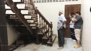 เพื่อนบ้านได้กลิ่นเหม็นรุนแรง แจ้งตร.งัดบ้าน ผงะ! ตาวัย 77 ดับสลดคาบันได