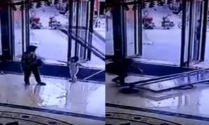อุบัติเหตุ ประตูกระจกภายในห้าง หลุดล้มทับเด็ก 3 ขวบ กระดูกหักทั่วร่าง