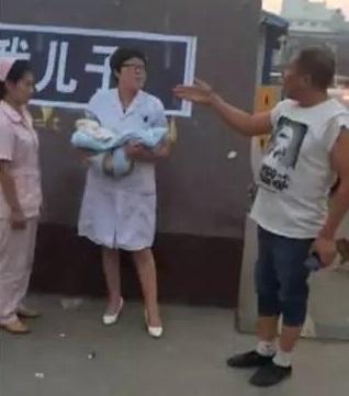 ลูกไข้สูงเสียชีวิต พ่อและญาติยกทีมบุกโรงพยาบาล
